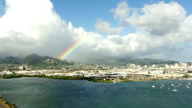 stockvideo's en b-roll-footage met ws aerial view of city, rainbow and mountains in background / hawaii, united states - oahu