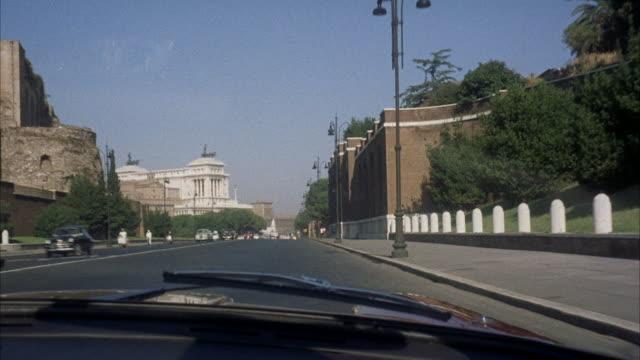 vídeos de stock, filmes e b-roll de ms pov view of city / rome, italy - ponto de vista de motorista