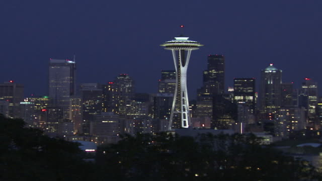 stockvideo's en b-roll-footage met ws zi view of city skyline at dusk / seattle, washington, usa  - uitfaden