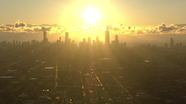 vídeos y material grabado en eventos de stock de ws aerial pov view of city skyline at sunrise / chicago, cook county, illinois, united states - contraluz