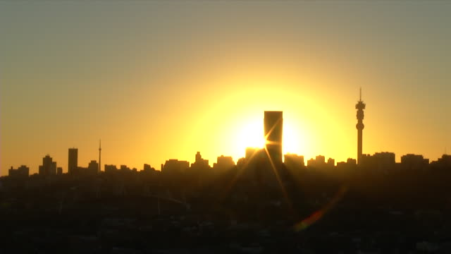 stockvideo's en b-roll-footage met ws t/l view of city skyline at sunset / johannesburg, gauteng, south africa - johannesburg