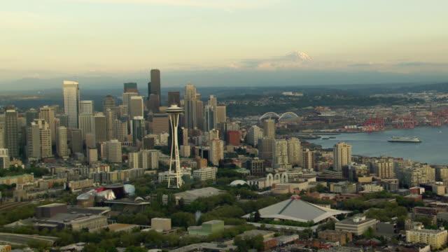vídeos de stock e filmes b-roll de ws aerial zo view of city skyline in front of mount rainier / seattle, washington, united states - space needle