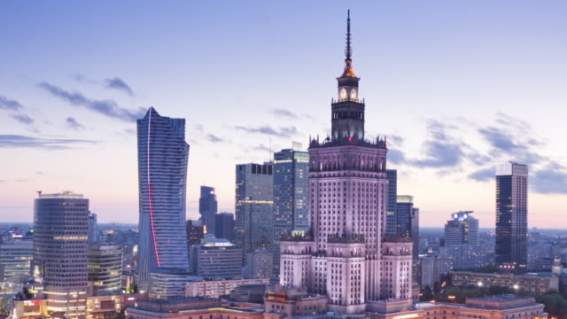 vídeos de stock e filmes b-roll de ws t/l view of city skyline with palace of culture and science at dusk / warsaw, masovian voivodeship, poland - varsóvia