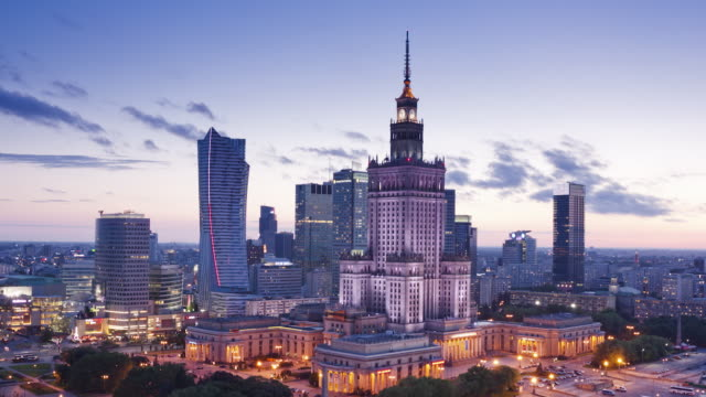 vídeos de stock, filmes e b-roll de ws t/l zi view of city skyline with palace of culture and science at dusk / warsaw, masovian voivodeship, poland - polônia