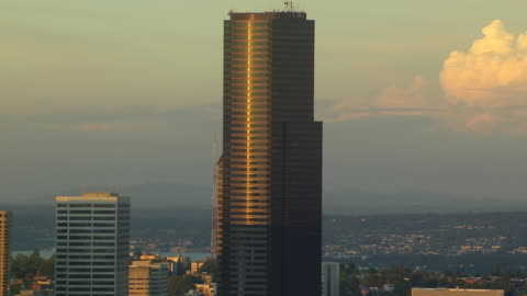 ms aerial view of city skyline with sunlight reflecting on columbia center tower / seattle, washington, united states - columbia center stock-videos und b-roll-filmmaterial