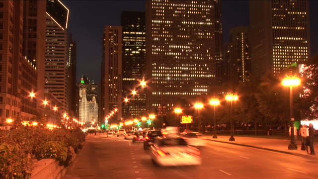 view of city street at night in chicago united states - 電灯点の映像素材/bロール