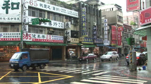 view of city street on a rainy day in taipei taiwan - 通過する点の映像素材/bロール