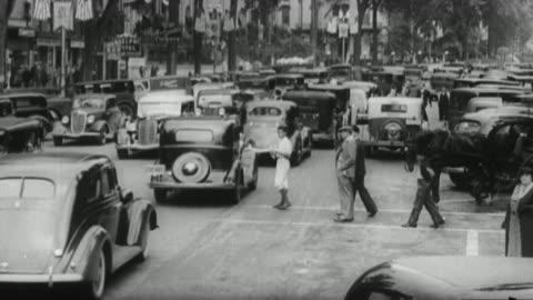 ms view of city street traffic / united states - 1930 bildbanksvideor och videomaterial från bakom kulisserna
