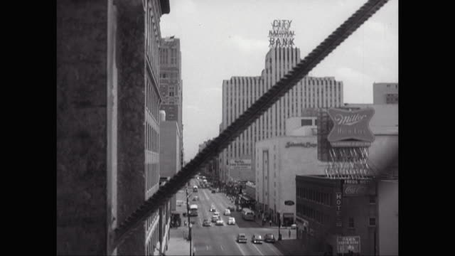 ws view of city streets with vehicles moving on street from descending outside construction elevator / houston, texas, united states - fahrstuhlperspektive stock-videos und b-roll-filmmaterial