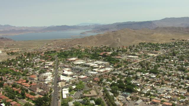 vidéos et rushes de ws aerial view of city surrounded by mountains and lake / boulder city, nevada, united states - comté de clark nevada