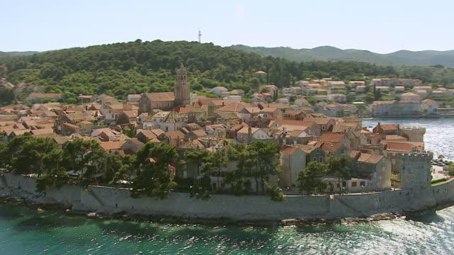 vídeos de stock, filmes e b-roll de ws aerial ds view of city walls along adriatic sea / korcula, dubrovnik neretva county, croatia - vista da cidade