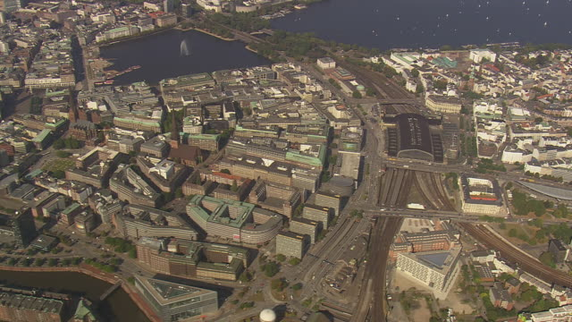 ws aerial view of city with alster lake and hamburg train station / germany - bahnhof stock-videos und b-roll-filmmaterial