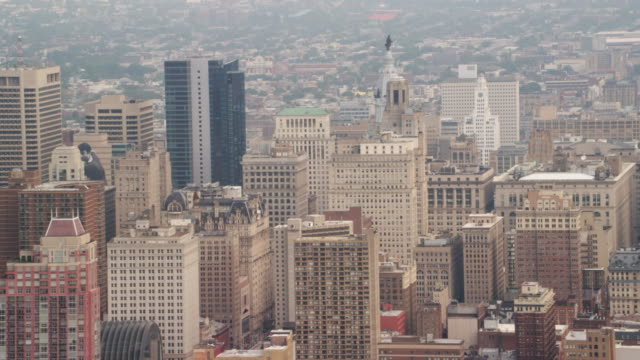 ws aerial view of city with city hall clock tower/ new york city   - rathaus von philadelphia stock-videos und b-roll-filmmaterial