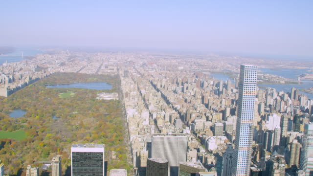 vídeos de stock e filmes b-roll de ws tu aerial view of city with park avenue tower / new york city   - inclinação para cima