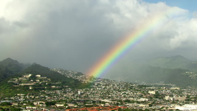 vídeos de stock, filmes e b-roll de ws aerial view of city with rainbow / hawaii, united states - arco íris