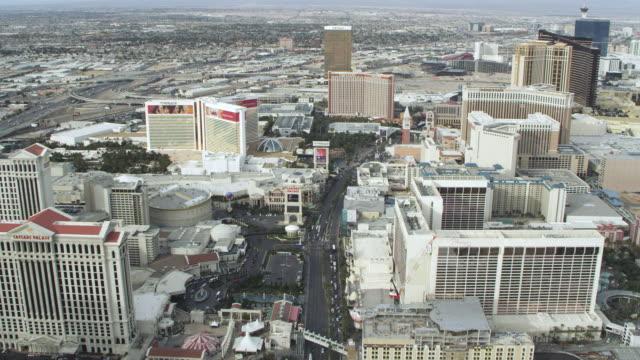 vídeos y material grabado en eventos de stock de ws aerial view of city with traffic / las vegas, nevada, united states - el strip las vegas