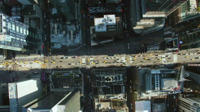 vidéos et rushes de ms aerial view of city with vehicles moving on road/ new york city   - vue en plongée verticale