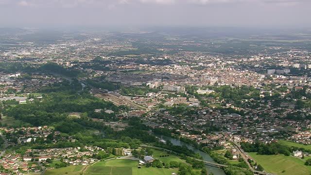 vidéos et rushes de ws aerial view of city with wooded area (viellesegure) / aquitaine, france - aquitaine