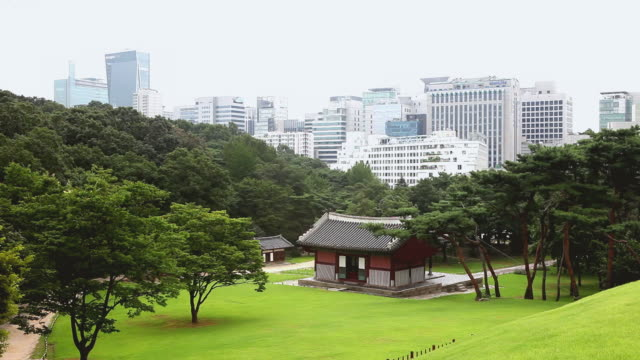 vídeos de stock, filmes e b-roll de ws view of cityscape and gazebo at seolleung and jeongneung (royal tombs of joseon dynasty and unesco world heritage site) with surrounded by trees / seoul, south korea - gazebo