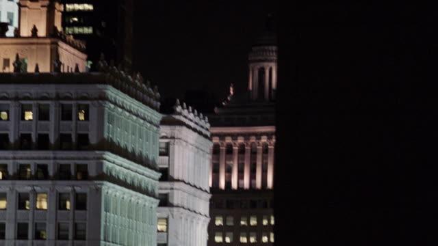 vídeos y material grabado en eventos de stock de ws tu view of  cityscape at night  / chicago, illinois, united states - edificio wrigley