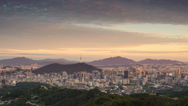ms t/l view of cityscape at sunset time / seoul, south korea  - zeitraffer tag bis dämmerung stock-videos und b-roll-filmmaterial
