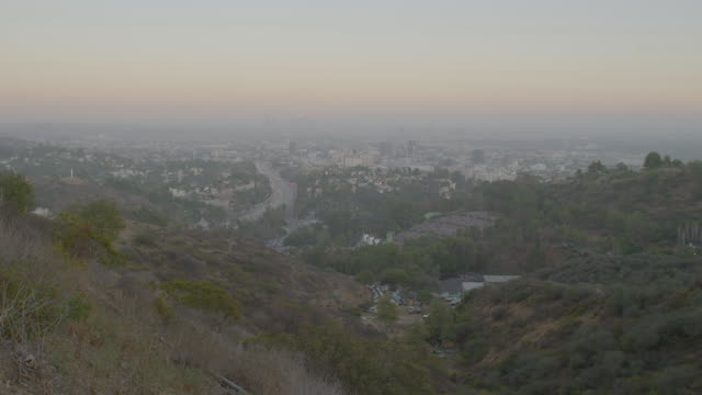 vídeos de stock, filmes e b-roll de ws pan view of cityscape from hills / hollywood, city of los angeles, california, united states - inclinação para baixo