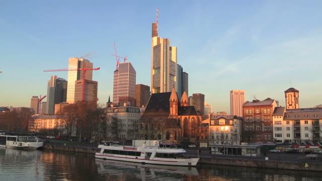ws view of cityscape near main river / frankfurt, main, hesse, germany - kleine gruppe von tieren stock-videos und b-roll-filmmaterial