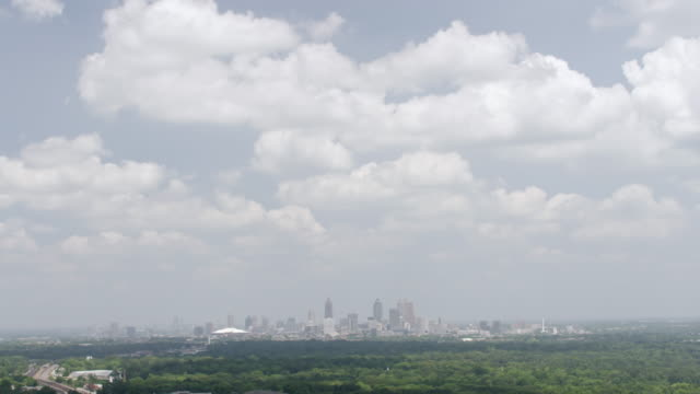 vídeos de stock, filmes e b-roll de ws td aerial pov view of cityscape with cloudy sky / atlanta, georgia, united states - inclinação para baixo