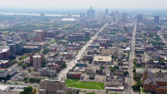 vidéos et rushes de ws aerial pov view of cityscape with downtown in background / detroit, michigan, united states - détroit michigan