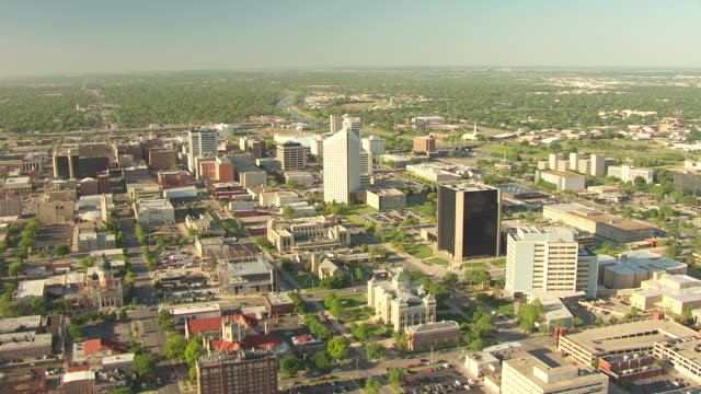 vídeos de stock e filmes b-roll de ws aerial view of cityscape with epic center building / wichita, kansas, united states - kansas