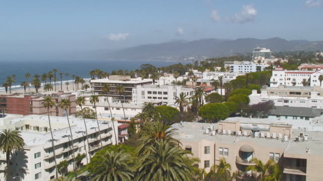 ws view of cityscape with sea and mountains in background / ca, santa monica, usa - サンタモニカ点の映像素材/bロール