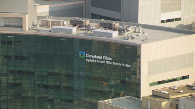 ms ts zo aerial view of cleveland clinic name with new buildings / cleveland, ohio, united states - clinica medica video stock e b–roll