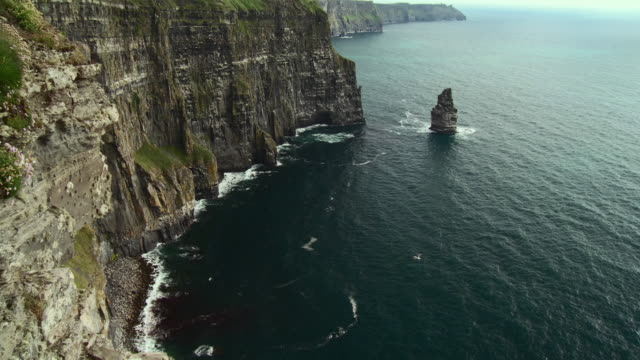 ws tu view of cliffs of moher / doolin, county clare, ireland - doolin stock videos & royalty-free footage
