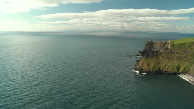 ws pan view of cliffs of moher / doolin, county clare, ireland - doolin stock videos & royalty-free footage