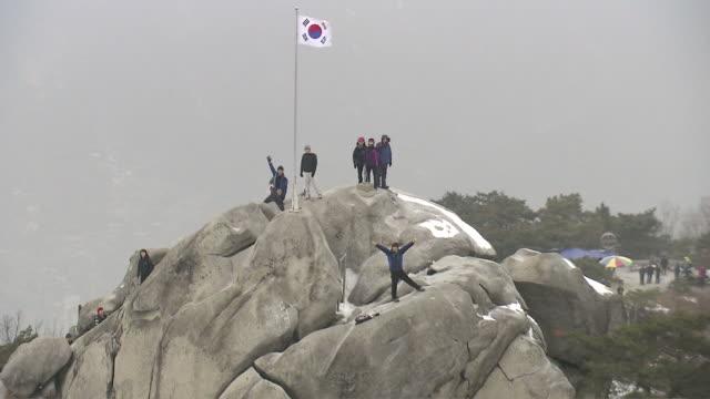 vídeos de stock, filmes e b-roll de ws aerial zo view of climbers on mountain / seoul, south korea - braço humano