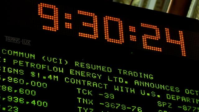 vídeos y material grabado en eventos de stock de view of clock and ticker above trading floor of new york stock exchange new york city - bolsa de nueva york