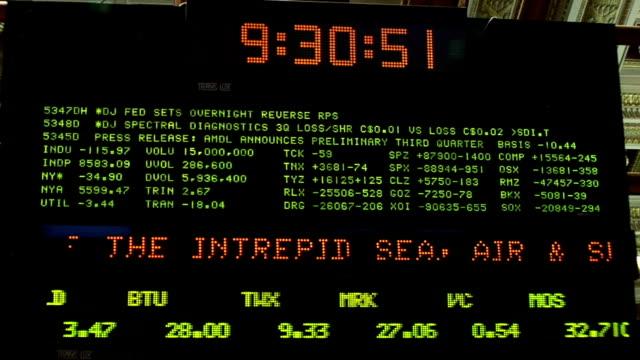 view of clock and ticker above trading floor of new york stock exchange new york city - 金利点の映像素材/bロール