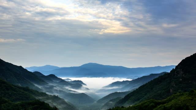 view of cloud sea at mt. seoraksan - 水の形態点の映像素材/bロール