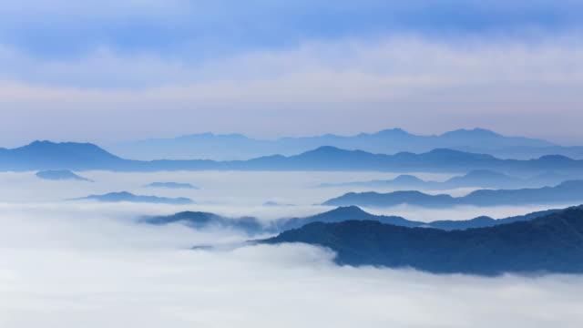 vídeos de stock, filmes e b-roll de view of cloud sea over mountain range of soyangkang river basin in chuncheon, gangwon province - ponto de referência natural