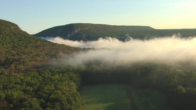 ws aerial view of clouds moving in delaware water gap along delaware river / pennsylvania, united states - poconobergen bildbanksvideor och videomaterial från bakom kulisserna