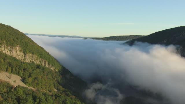 vídeos y material grabado en eventos de stock de ws aerial view of clouds moving in delaware water gap along delaware river / pennsylvania, united states - delaware water gap
