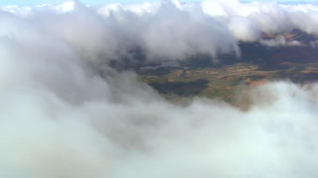 ws aerial zi zo pan view of clouds over baxter state park / maine, united states - en minut eller längre bildbanksvideor och videomaterial från bakom kulisserna