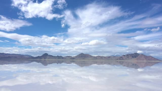 stockvideo's en b-roll-footage met view of clouds reflecting in water over the bonneville salt flats - bonneville zoutvlakte