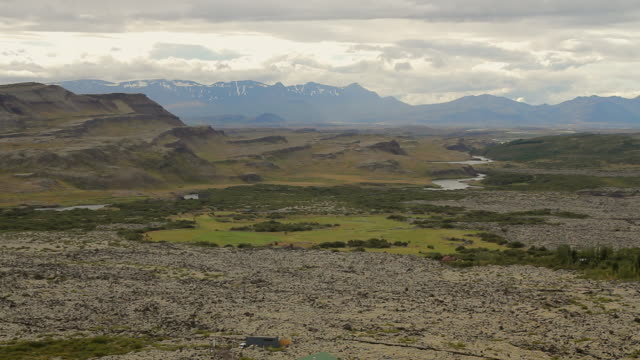 stockvideo's en b-roll-footage met ws view of clouds rolling over mountains with lush green field below/ reykjavik, hofudhborgarsvaedhi, iceland  - wiese