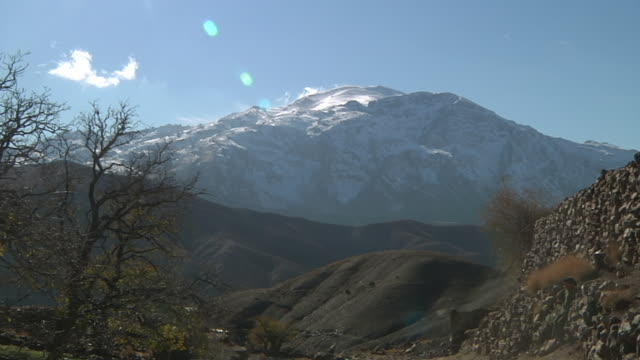 stockvideo's en b-roll-footage met ws view of clouds rolling over peak of atlas mountains / marrakech, tensift, morocco  - wiese