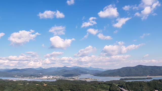 vidéos et rushes de ws t/l view of cloudscape with blue sky at yangpyeong / yangpyeong, gyeonggi do, south korea - moins de 10 secondes
