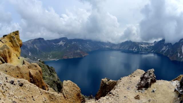 vídeos y material grabado en eventos de stock de view of cloudsea in baekdu mountain cheonji (the crater lake of mountain peak on the border of north korea and china) - parque nacional crater lake