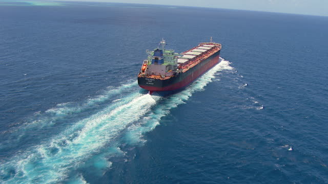 vídeos de stock e filmes b-roll de ms aerial tu view of coal cargo ship moving in ocean / queensland, australia - navio cargueiro