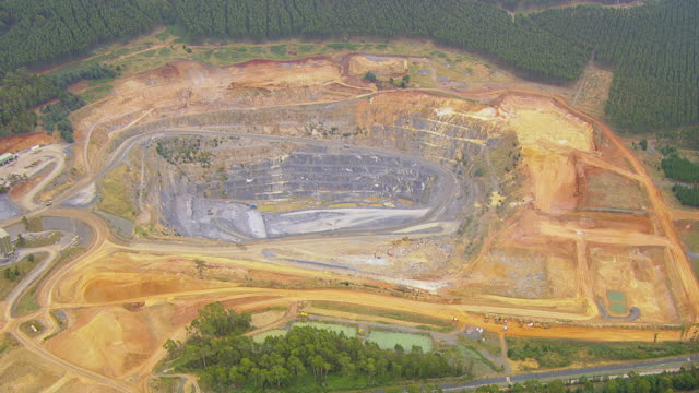vídeos de stock e filmes b-roll de ws aerial view of coal mine area / adelaide, australia - mina de carvão