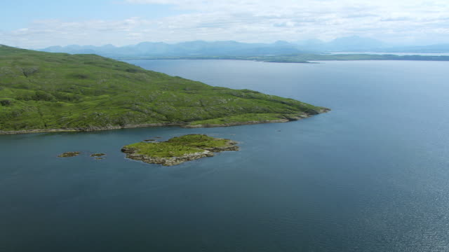 vídeos de stock e filmes b-roll de ws aerial view of coast of morvern in hebrides on west coast towards mainland / isle or island of mull, argyll and bute, scotland - ilha mull
